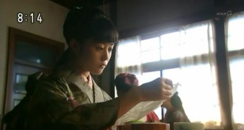 手紙を読む希子