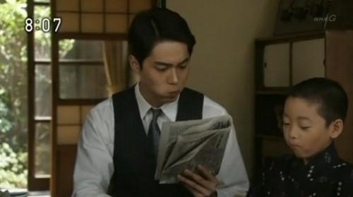 新聞を読む悠太郎